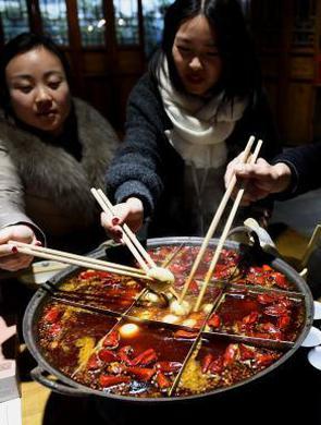重庆人用麻辣火锅煮汤圆