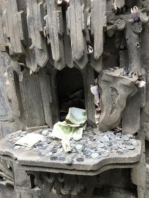乔家大院的砖雕塞满钱币