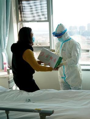 出院逢生日 医护人员向她送上祝贺