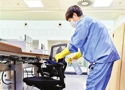 清洁人员在对 办公室进行消毒