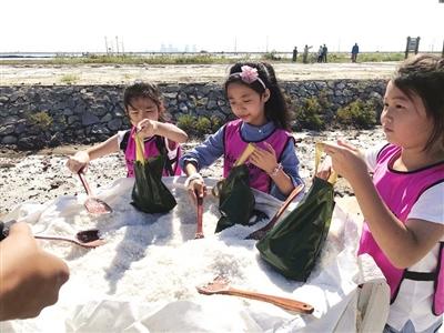 孩子们在游览区体验盐文化