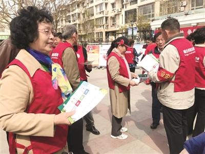 志愿者走进社区宣传垃圾分类 记者 贾成龙 摄