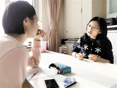 田庄中学刘倩老师(右)来到学生家中,和学生促膝谈心。