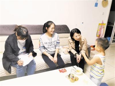 凤凰幼儿园王颖园长(右二)深入学童家庭进行家访。