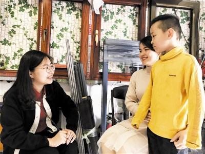 大桥道小学侯悦老师(左)正在进行家访,向家长汇报近期学校的大事小情。