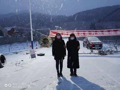 imag蓟州巾帼志愿者张艳平、王秀芝在风雪中执勤防控e012
