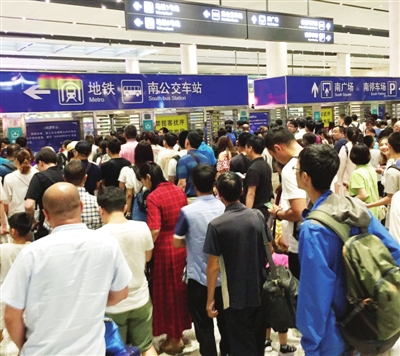 连日来,受台风影响相对较小的铁路运输客流量 激增,许多外出旅客优先选择铁路出行。