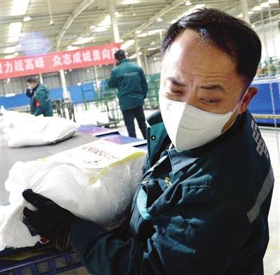 由天津邮政承运的首批防疫物资装车运往武汉。