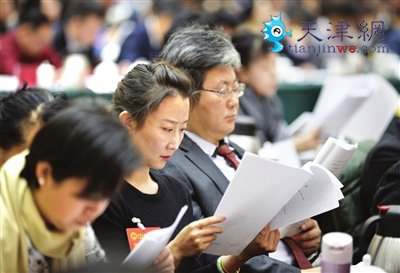 图为代表认真听取政府工作报告。本报记者 王涛 摄