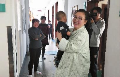 昨天进手术室前,卢伟珊抱着大侄儿开心地笑着