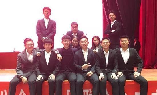 石珂和他的朋友们,第一排右起第三个是他。