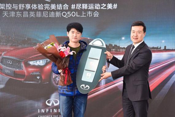 总经理赵巍为首位车主颁发车钥匙