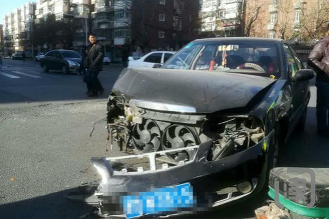 群芳路红绿灯失明三天未修 路口两车惨相撞