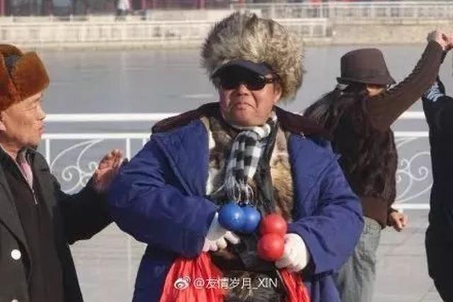 天津水上公园这大爷舞姿太妖娆了 网友:肯定是戏精