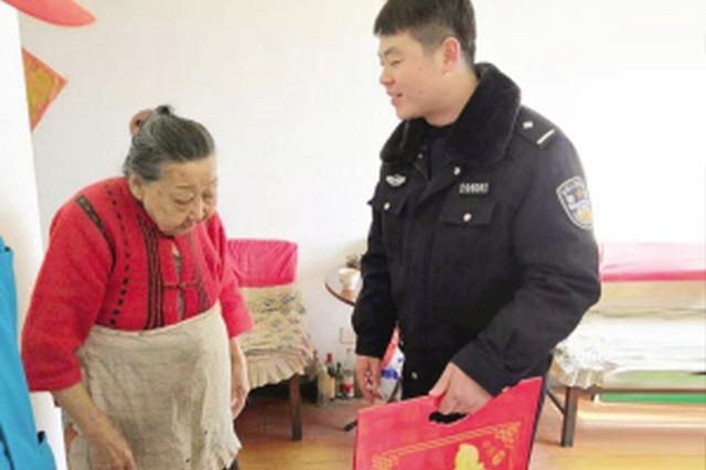 津八旬老人手织袜子送交警 交警做卫生贴福字表谢意