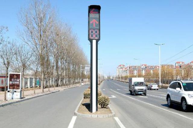 天津这红绿灯杆倾斜 市民盼快修复