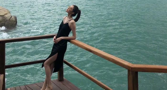 超模何穗海边度假享慵懒时光