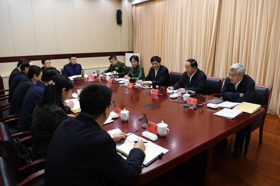 市委政法委召开全委会会议