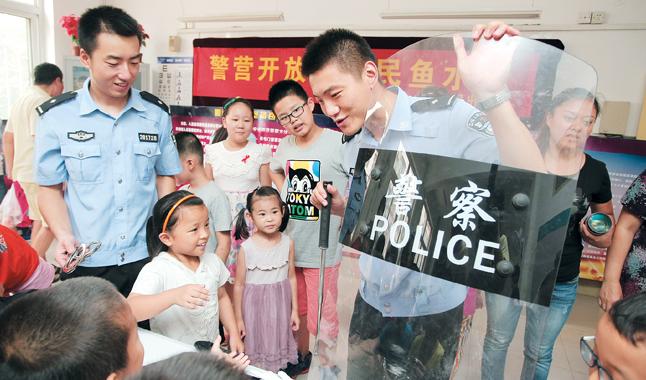 """河东区:""""警营开放日""""向小朋友讲解安全防范知识"""
