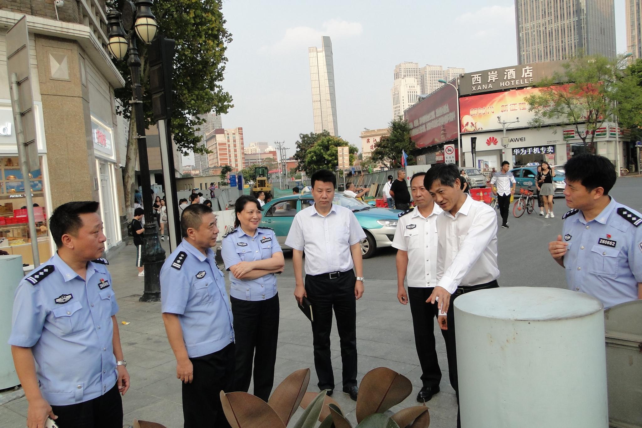 市领导深入繁华地区实地检查安全工作