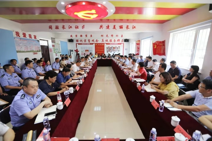 赵飞到万兴街长江里社区讲主题教育专题党课
