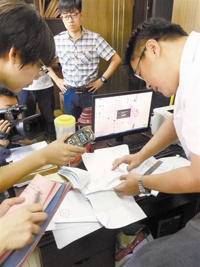 记者随市纪委监委工作人员在消费场所核查发票、账目。