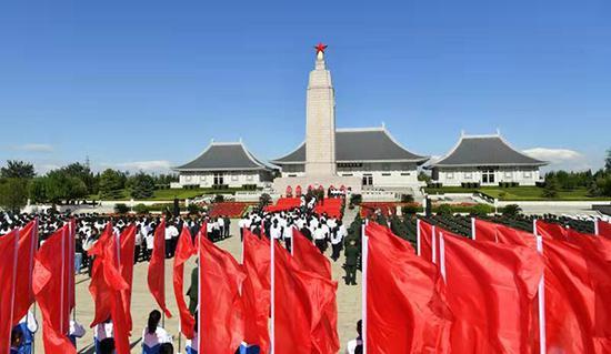 向革命先烈敬献花篮仪式现场。