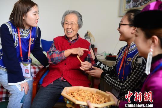 志愿者与老人聊天解闷。 刘文华 摄