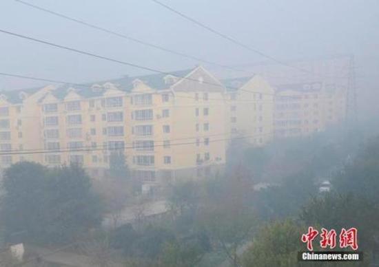 ↑资料图:吉林省省会长春市遭遇雾霾 张瑶 摄