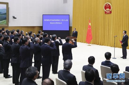 4月16日,新一届国务院在北京中南海举行宪法宣誓仪式。国务院总理李克强监誓。