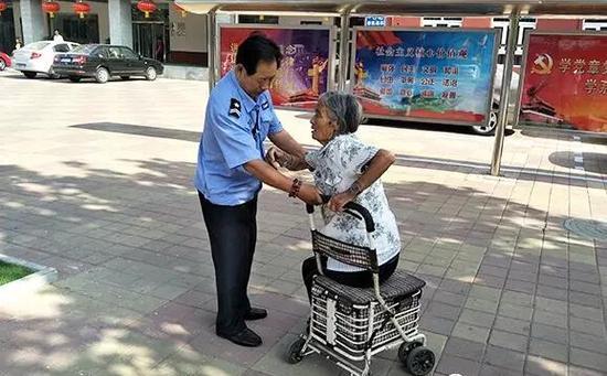 社区保安照顾摔倒老人