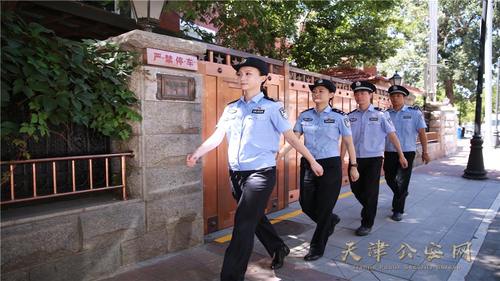 暑期来临,和平警方青年民警走上街面加强繁华地区巡逻工作。