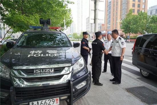 图为赵刚到巡警、芦台派出所街面执勤点位检查。