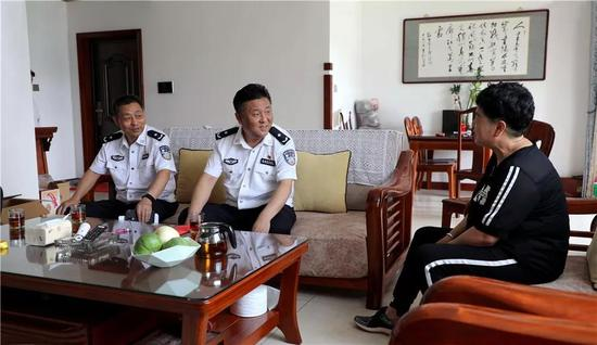 图为赵刚慰问民警家属。