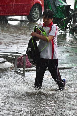 赤峰暴雨成灾马路成河流