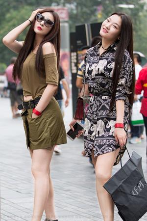 北京街头时髦姐妹花