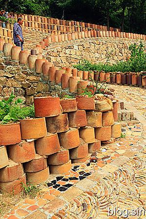 用陶罐堆砌起来的古镇