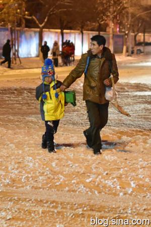 赤峰大雪行人出门带铁锹
