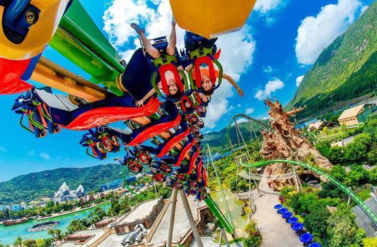成人必玩的鹦鹉过山车,瞬间离心,惊险刺激,这是亚洲第一个飞行过山车,轨道全球最长,可以在空中飞跃俯瞰乐园景色。
