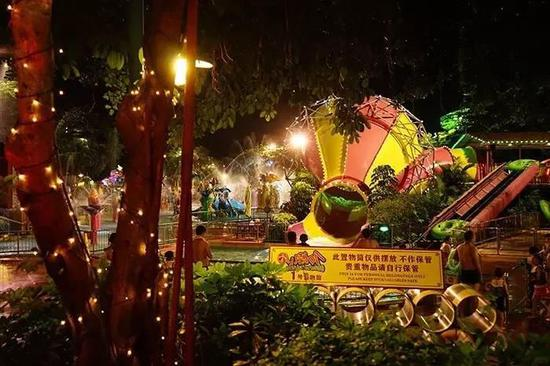 灯光装扮得很华丽的水上乐园,晚上是另一番浪漫景象