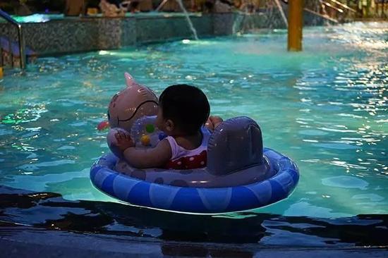 小婴儿可以下水,基本就是淋水和泡水,但孩子也可以很尽兴,父母也能体验陪伴的乐趣