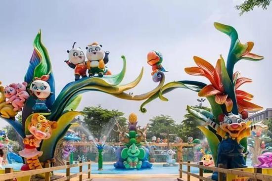园区拥有多个专为儿童设计的亲子玩水项目,包括奇妙亲子水城、眼镜蛇滑道、小喇叭、亲子滑道和离心滑道等。