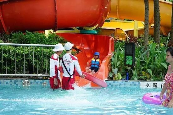 每个儿童项目都有救生员接住孩子,大一点的孩子完全可以自己玩耍