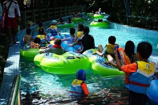 """环绕了大半个长隆水上乐园的""""漂流河历险""""也是备受喜爱的合家欢项目。全新登场的""""热带丛林""""、""""冰川隧道""""、""""摇滚波浪""""三大全新冒险主题区域,开启奇趣无穷的水上亲子探险之旅。"""