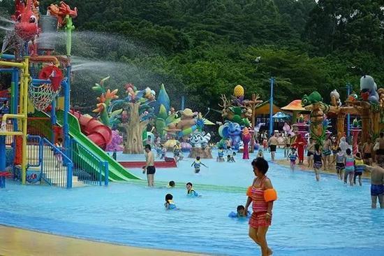 """""""奇妙亲子水城""""使得大人和小朋友在玩水的时候能够进行更深层次的互动,畅享温馨亲子时光。"""