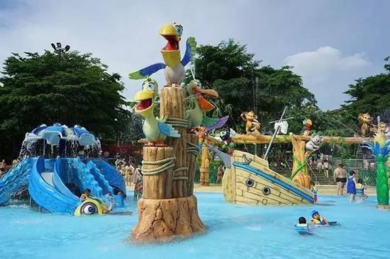 """""""奇妙亲子水城""""内拥有多座以动物形象为主题的梦幻喷水设备,水城内满眼都是色彩斑斓、可爱逗趣,让大小玩水家都可以畅享温馨的亲子时光。"""