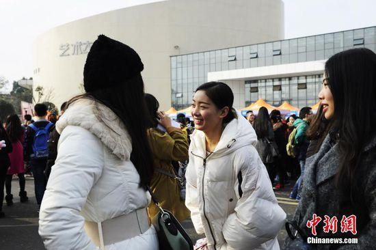 12月20日,2016年四川省戏剧与影视类、舞蹈类专业考试开考。2万余名影视类、舞蹈类考生前来应考,考试现场可谓花枝招展美女云集。