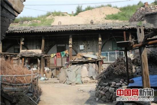 最左边的窑洞是刘宇老家的房子。.JPG