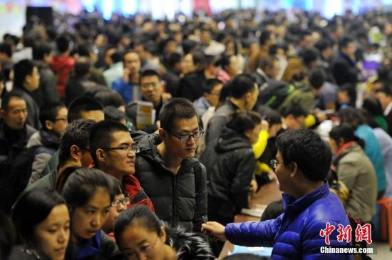 """中国大学生求职面临""""去哪儿""""的困惑"""