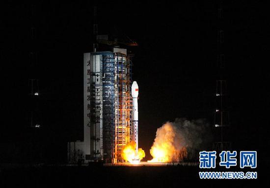 """11月15日2时35分,我国在太原卫星发射中心用长征四号丙运载火箭,成功将""""风云三号D""""气象卫星发射升空,卫星顺利进入预定轨道。新华社发(张宏伟 摄)"""
